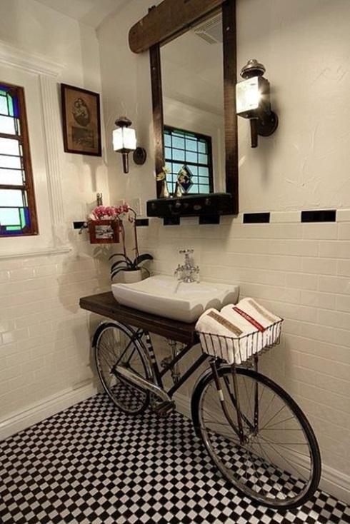 Cuarto de baño vintage chic con bicicleta reciclada ...