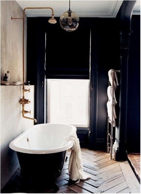 Cuarto de baño retro en blanco y negro